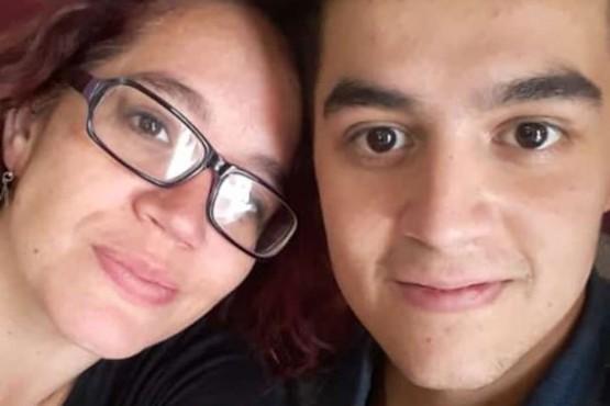 El joven junto a su madre.