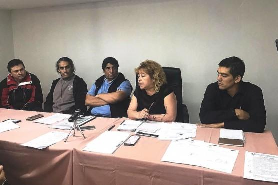 Conferencia de prensa de ediles y agentes municipales.