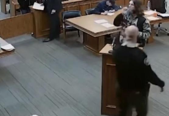 Captura de video del momento en que el hombre enciende un cigarrillo de marihuana en la sala del juzgado.