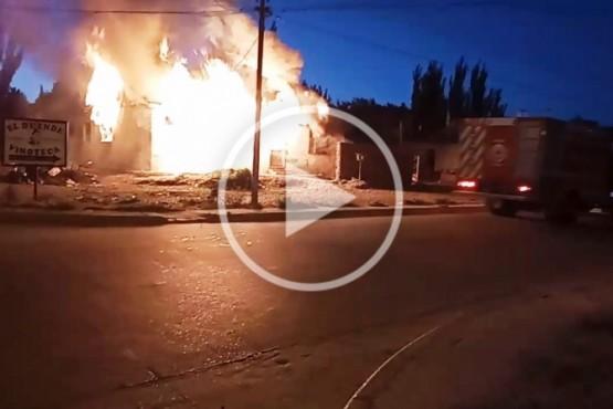 La casa ardiendo en llamas.