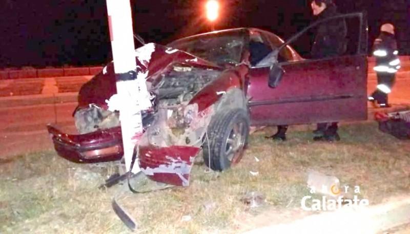El rodado terminó con el frente destruido tras el choque. (Foto: Ahora Calafate)