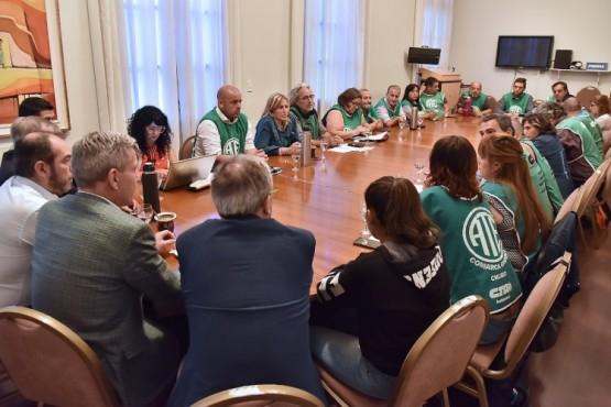 Arcioni junto a trabajadores de ATE.