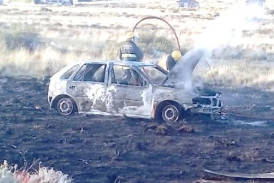 El fuego consumió todo el vehículo.