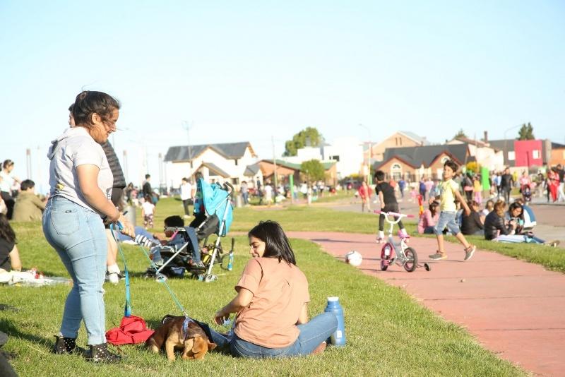 Vecinos de la ciudad disfrutando el buen clima. (C.G)