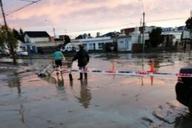 Vecinos cortan Avenida por la presencia de líquidos cloacales