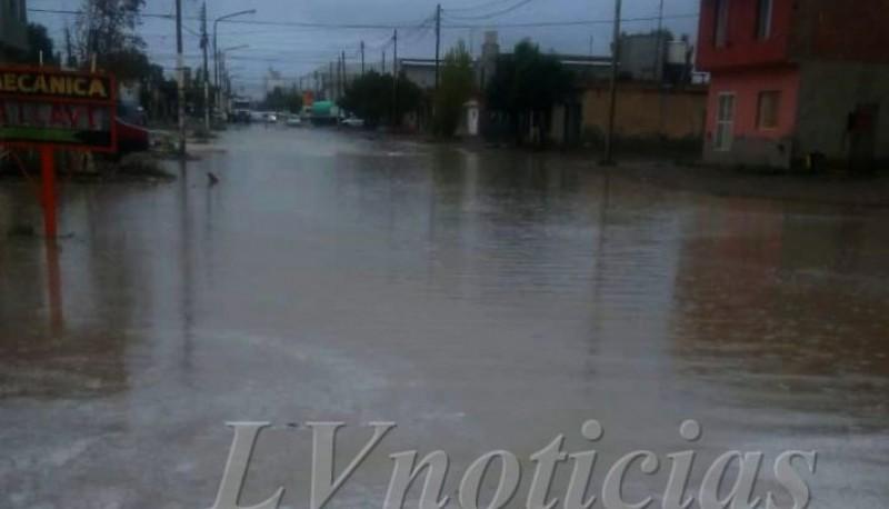 Calle afectada por el agua.