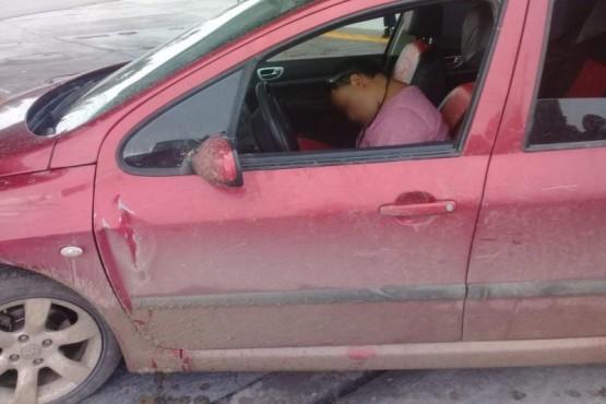 El hombre durmiendo dentro del auto.