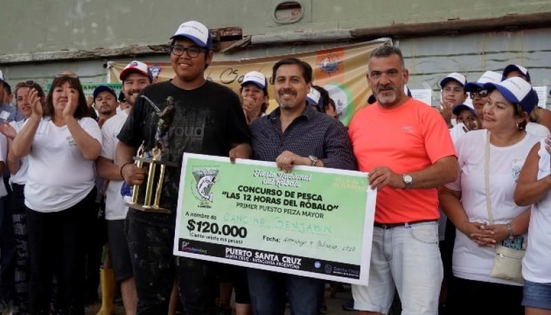El intendente junto al ganador de la pesca.