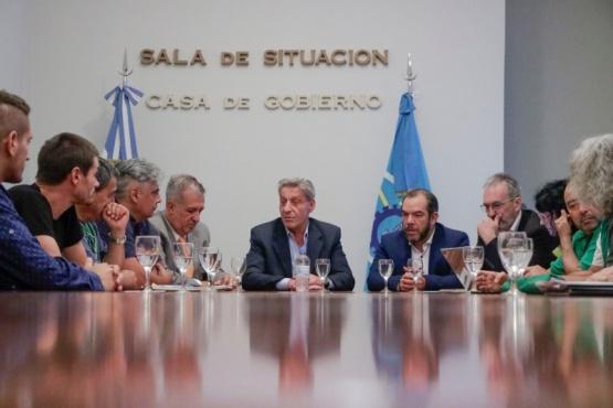 El gobernador junto a representantes gremiales.