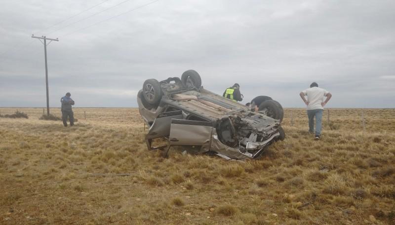 La Duster volcada a un costado de la ruta.