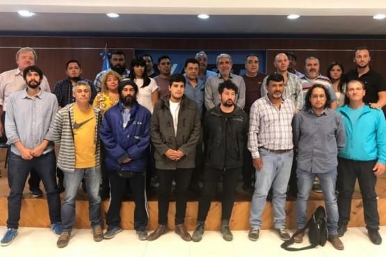 Los representantes gremiales y funcionarios junto al interventor de YCRT.