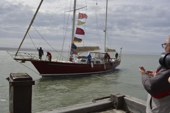 El velero a punto de amarrar.