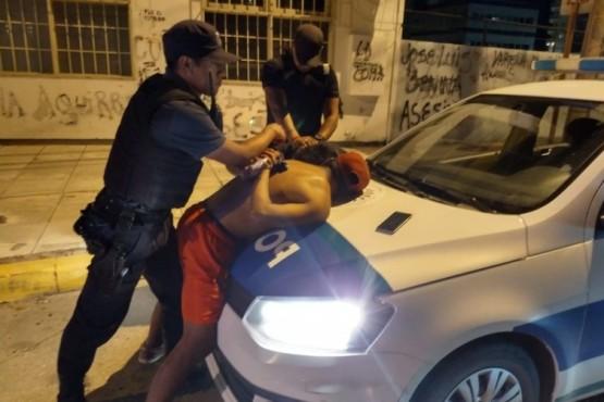 Los policías detienen a un individuo.