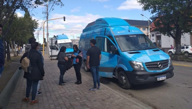 La trafic de los DNI en la plaza San Martín. (Foto C.G.)