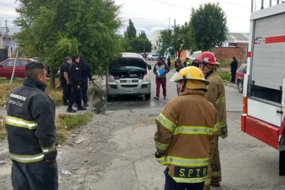 Los bomberos acudieron al principio de incendio en el vehículo (Fotos C. González)