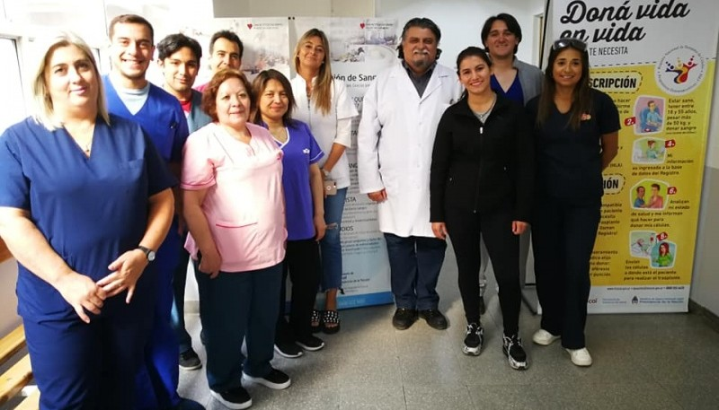 Aldana junto a los trabajadores del sector de Hemoterapia.