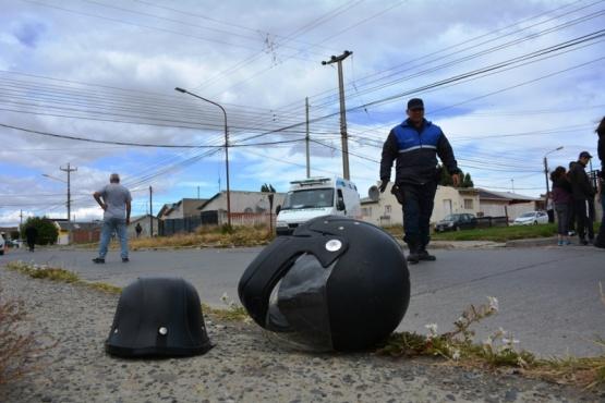 Los cascos de las personas que iban a bordo de la moto (Foto: C. Robledo).