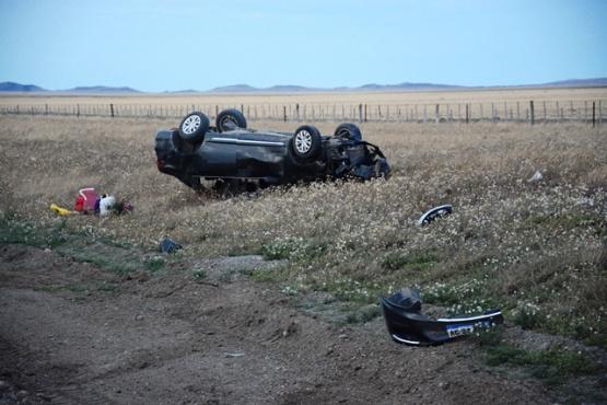 El auto volcado a un costado del camino (Foto F. Capadona)