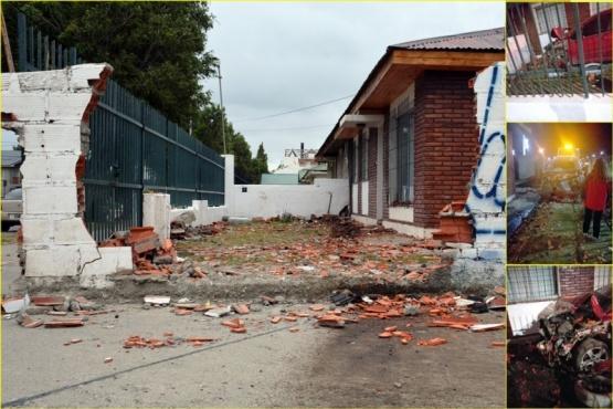 Así quedó el paredón de la casa. El auto.(Foto C.R).