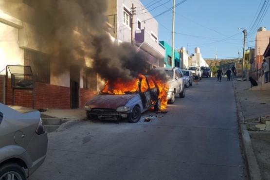 Incendio intencional a dos vehículos
