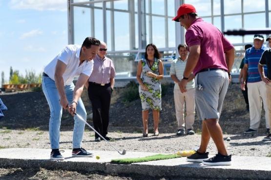 El intendente Maderna practica un golpe de golf.