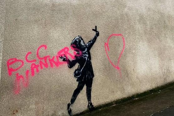 El grafiti de Bansky fue vandalizado.