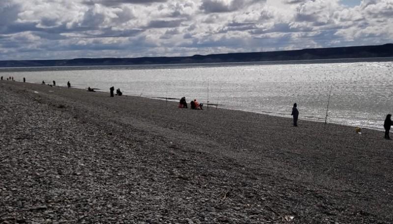 Torneo de pesca en la costanera local.