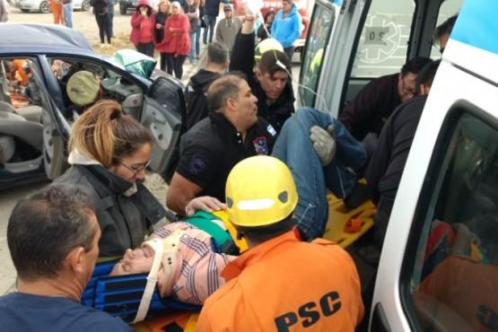 Hombre quedó atrapado tras fuerte colisión