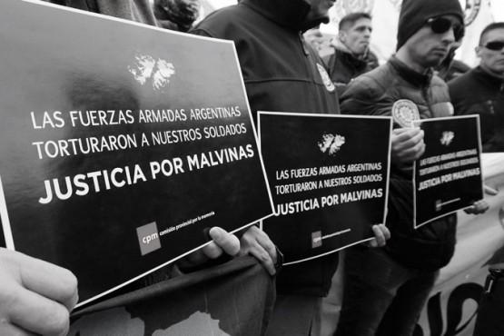 Los carteles que piden justicia por los hechos de lesa humanidad contra soldados.