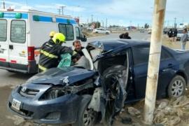 Perdió el control, chocó contra un poste y quedó atrapado en el vehiculo