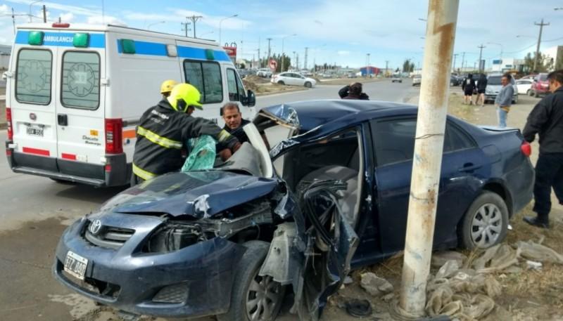 El vehículo chocó contra un poste de alumbrado público. (Fotos C. Gonzalez)