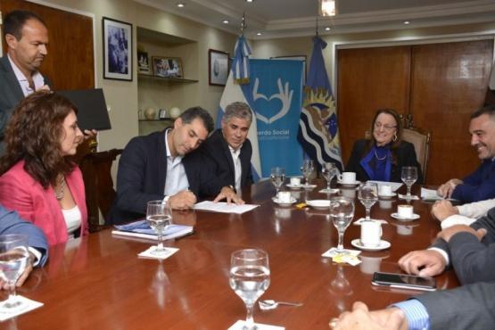 Firma de acuerdo en la Casa de Gobierno.