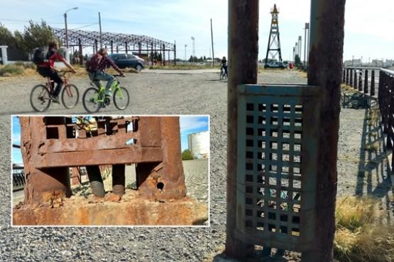 Los postes oxidados en la costanera (Fotos y video C. Gonzalez)