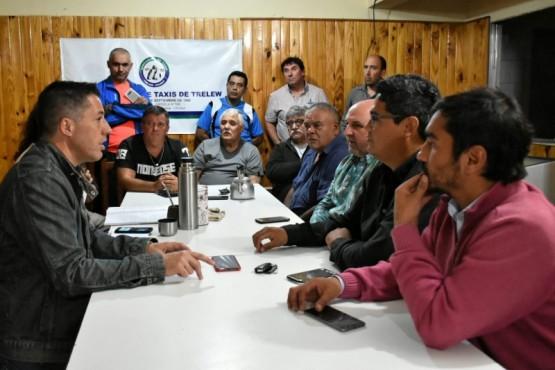 Municipio en reunión con asociación de taxis.