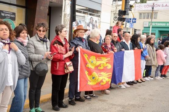 Los representantes de Normandia en el izamiento dominical (F. Capadona)