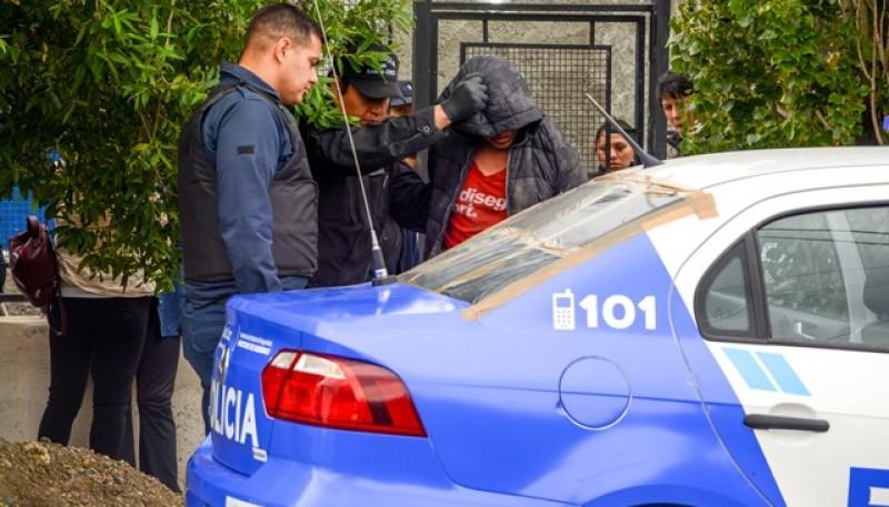 Momento en que uno de los sujetos es trasladado a la Comisaría. (Foto: F.C.)