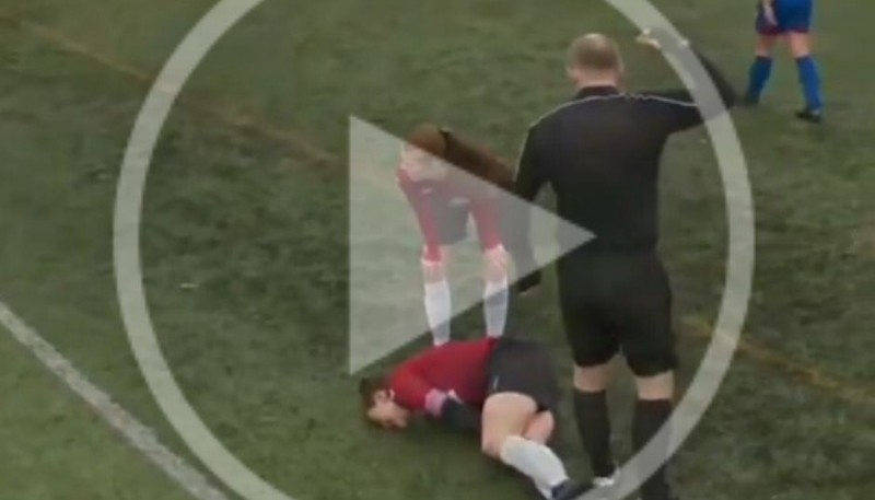 Se le sale la rodilla e intenta acomodarla a los golpes.