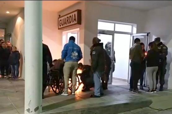 La familia salió a la puerta del Hospital para agradecerle al pueblo el apoyo.