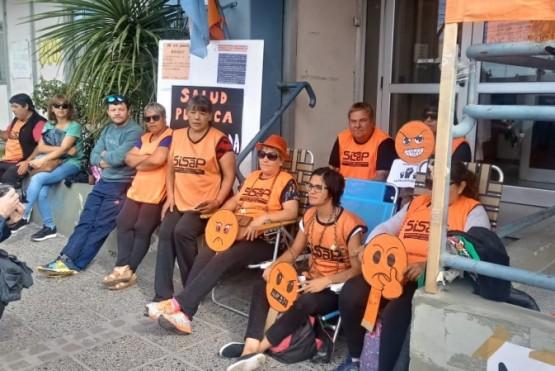 Trabajadores de salud se encadenaron frente al Ministerio de Salud