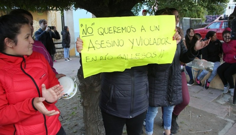 Algunos vecinos se congregaron en la esquina de Kirchner y Córdoba. (Foto: C.G.)