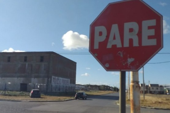 El cartel que indica que el vehículo que circula por Don Bosco, debe frenar y ceder el paso a quien circula por Misiones. (Fotos C. Robledo)