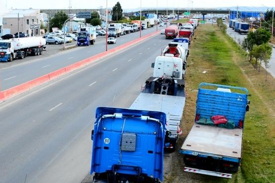Los camioneros se apostaron al costado de la Autovía 17 de Octubre. (Foto: C.R).