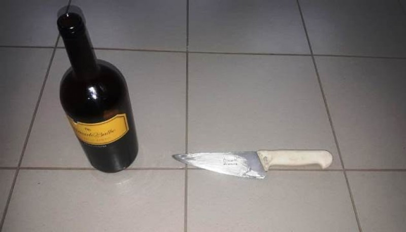 Botella de vino y cuchillo