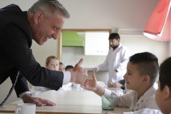 El gobernador visitando una escuela.