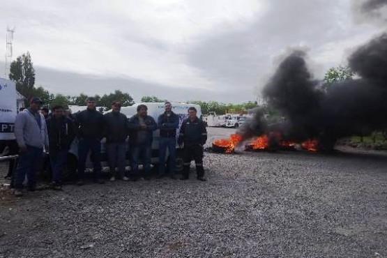 Los trabajadores en reclamo frente a la empresa local.