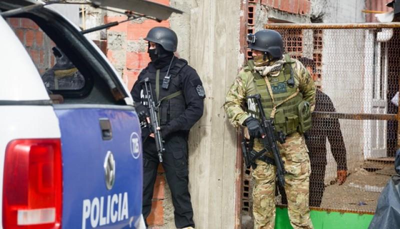 El personal policial allanó los dos domicilios, donde los residentes ya son conocidos por la policía. (Fotos: F. C.)