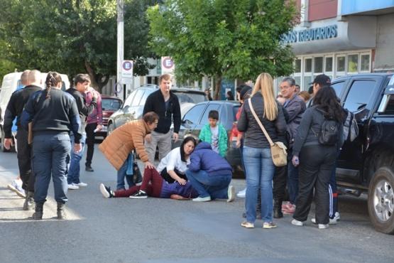 La ciclista herida sobre el pavimento (Foto C.R.)