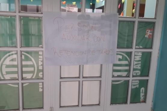 El cartel sobre la suspensión de actividades.