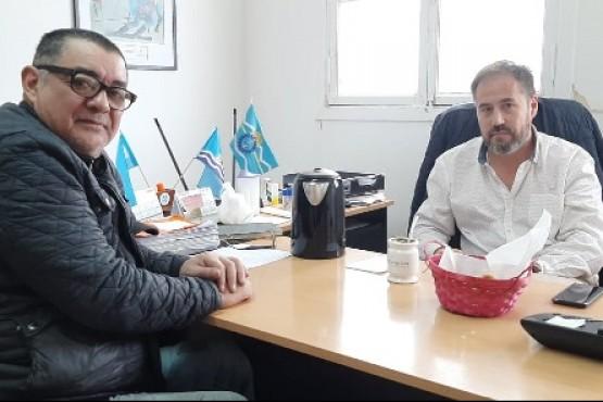Juan Soto, de CRiGaL, con el secretario de Deportes, Martín López.