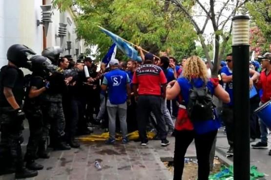 Enfrentamiento con la policía que custodia Casa de Gobierno.